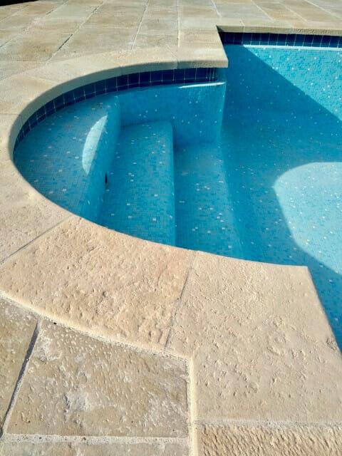 Margelle piscine pierre à l'ancienne