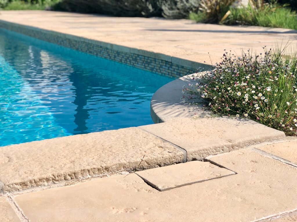 Margelle piscine extérieure pierre à l'ancienne