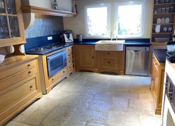 Dallage intérieur cuisine pierre à l'ancienne