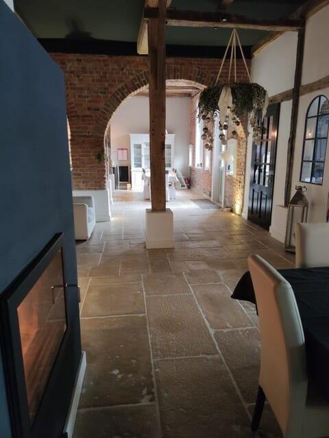 Dallage intérieur salon façon pierre ancienne
