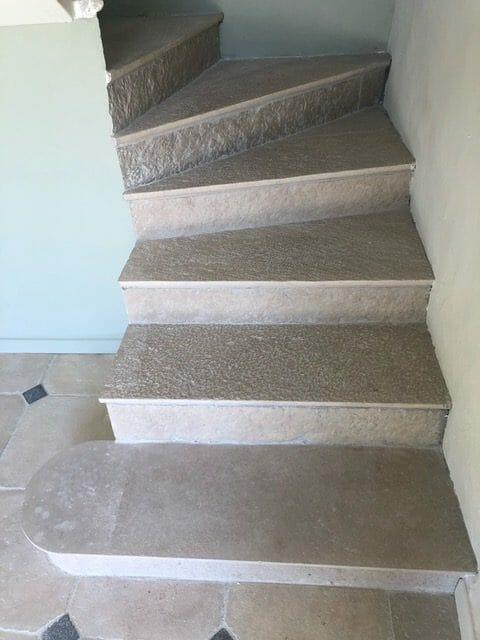 Marche escalier intérieur pierre ancienne